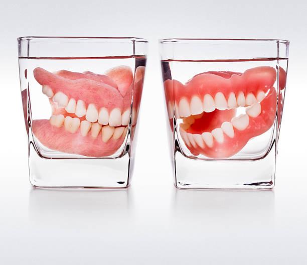 Dentaires dans un verre d'eau - Photo