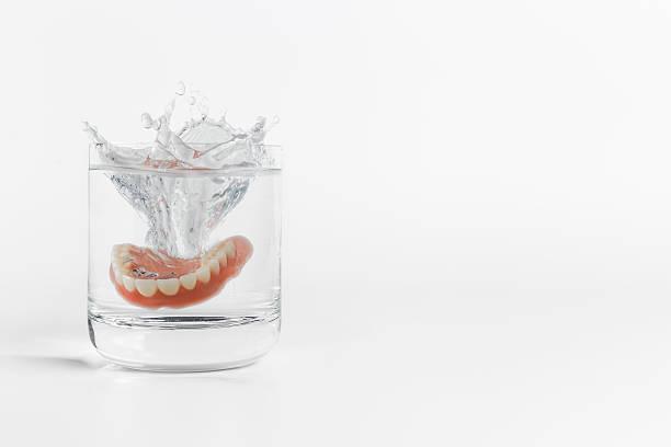 Prothèses dentaires éclaboussures en verre de l'eau - Photo