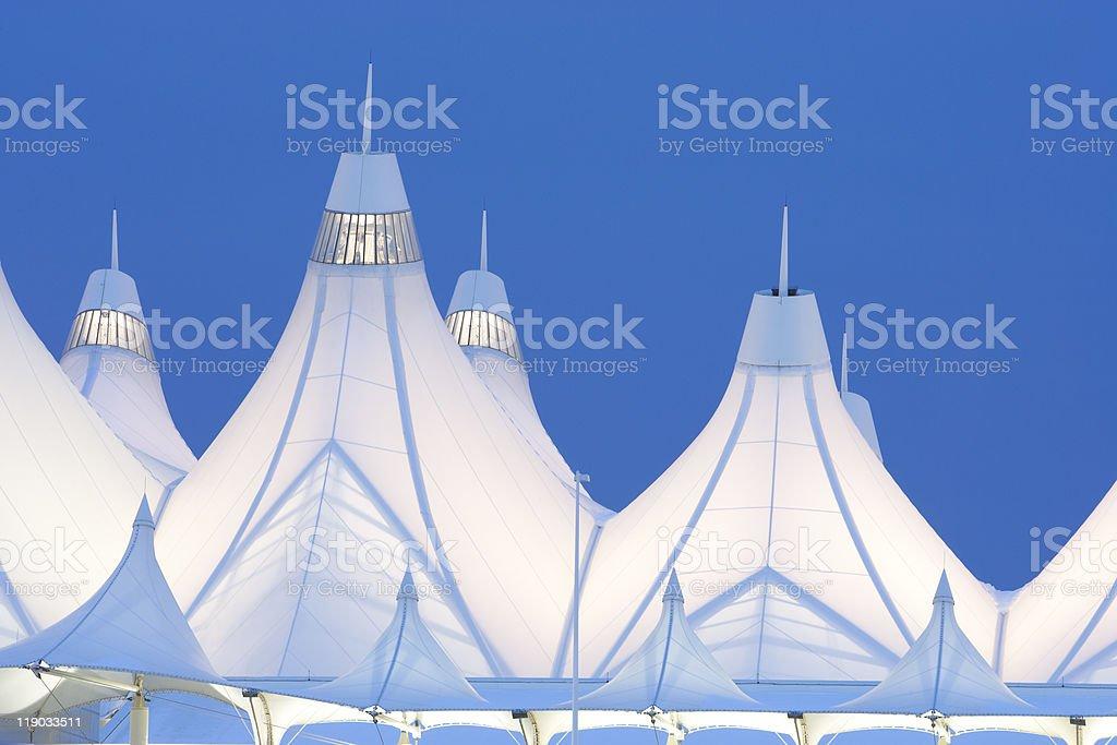 Aeroporto Internacional de Denver, ao anoitecer - foto de acervo