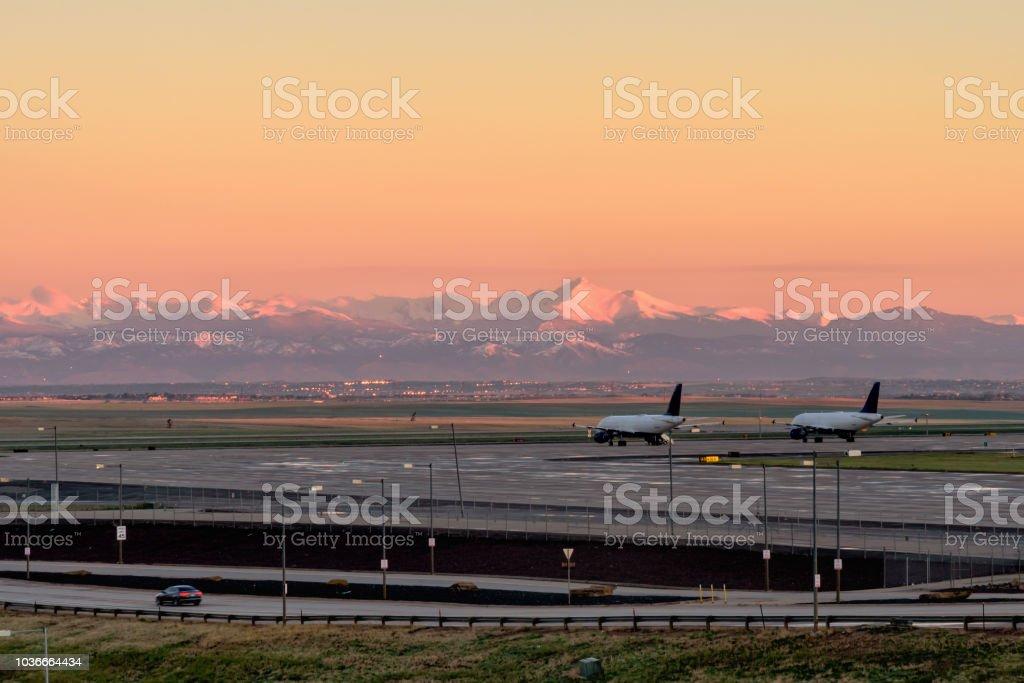 Aeroporto Internacional de Denver ao nascer do sol, Denver Colorado, EUA, - foto de acervo