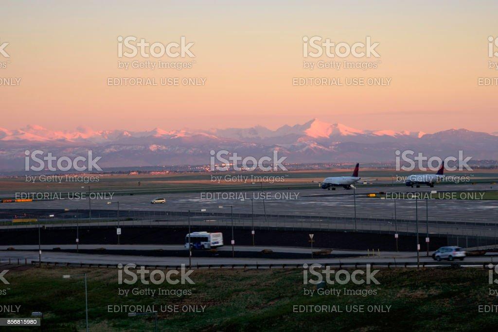 Aeroporto Internacional de Denver, Denver Colorado, EUA, ao nascer do sol - foto de acervo