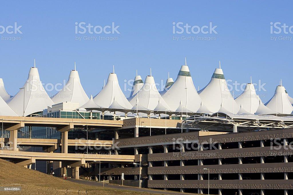 O Aeroporto Internacional de Denver e picos garagem - foto de acervo