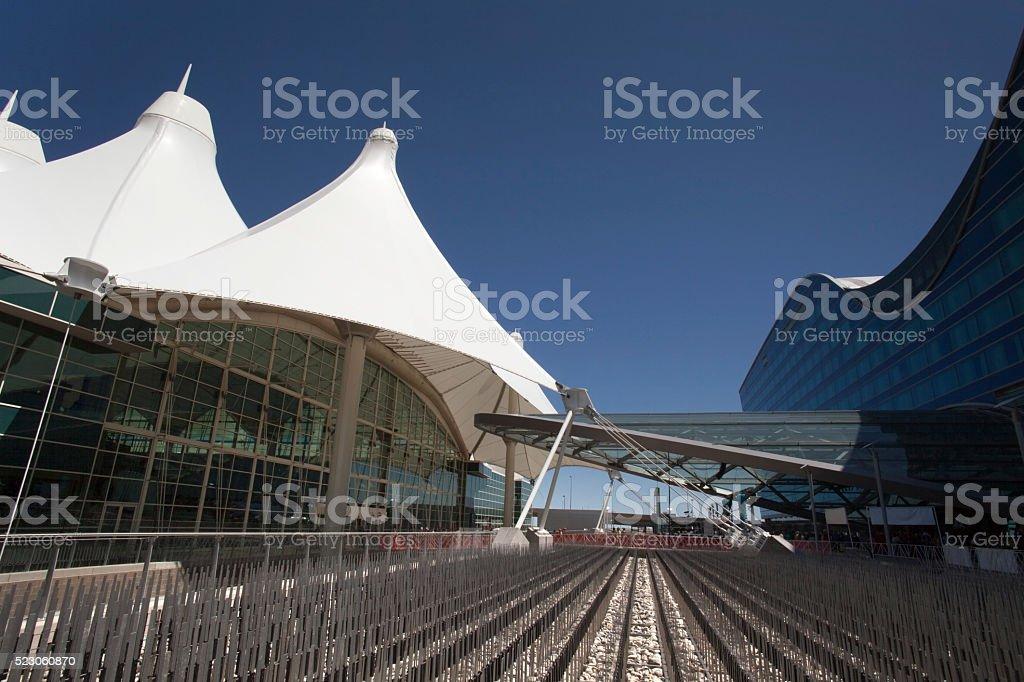 Aeroporto Internacional de Denver, Colorado, com arquitetura moderna Hotel - foto de acervo