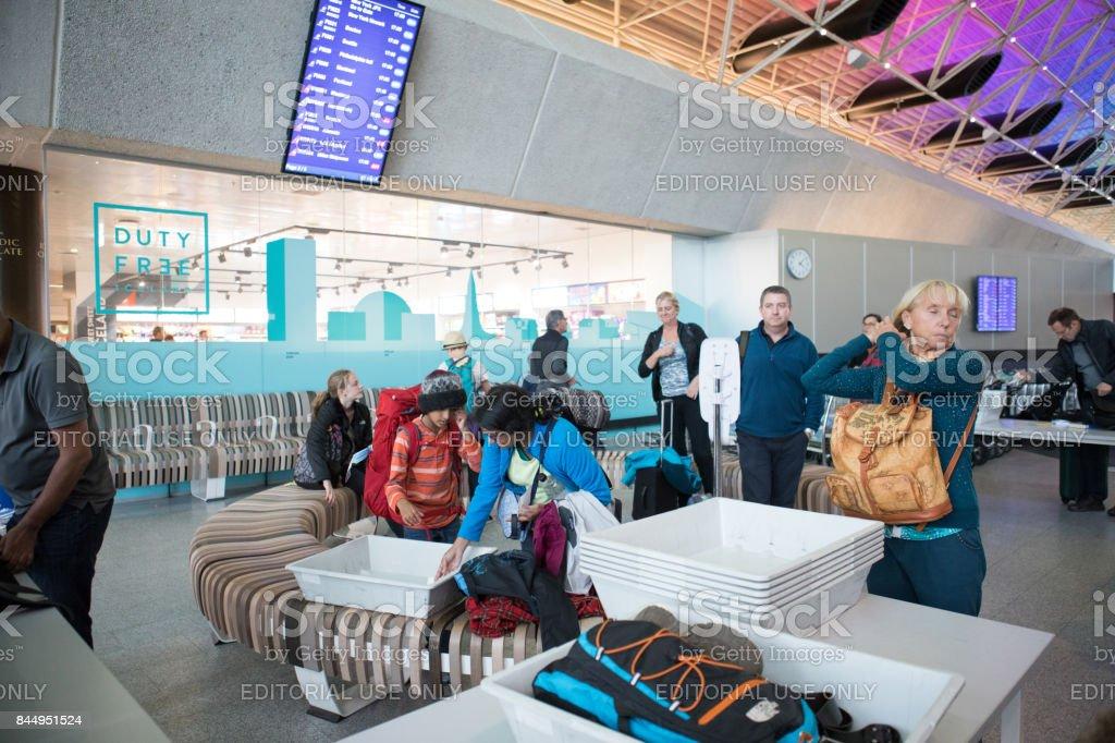 Partindo de passageiros no posto de segurança TSA no Aeroporto Internacional de Keflavík, Islândia - foto de acervo