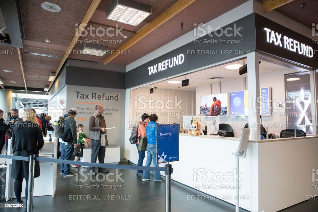 Partem os turistas no balcão de reembolso do IVA imposto no Aeroporto Internacional de Keflavík, Islândia - foto de acervo