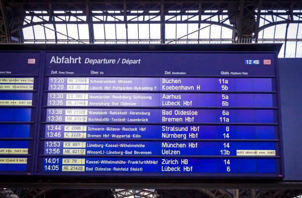 hamburg hauptbahnhof tren i̇stasyonu kalkış kurulu, almanya - sefer tarifesi stok fotoğraflar ve resimler