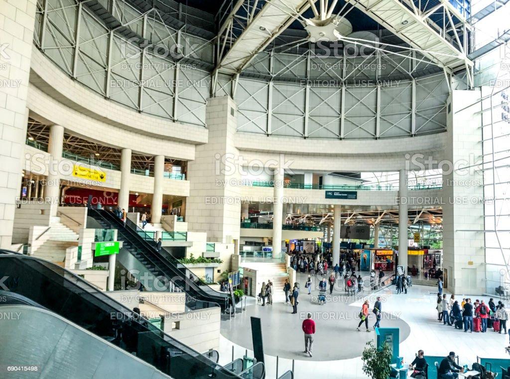 Hall de partida do aeroporto da Portela de Lisboa, Portugal - foto de acervo