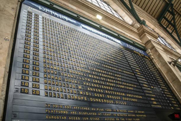 fransa ve avrupa 'nın kuzeyindeki yerel ve uluslararası trenleri gösteren paris gare du nord tren istasyonunun kalkış tahtası - sefer tarifesi stok fotoğraflar ve resimler