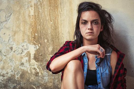 주사기로 관통 하는 데 후 마약 헤로인 젊은 여자에 대 한 의존 건강관리와 의술에 대한 스톡 사진 및 기타 이미지