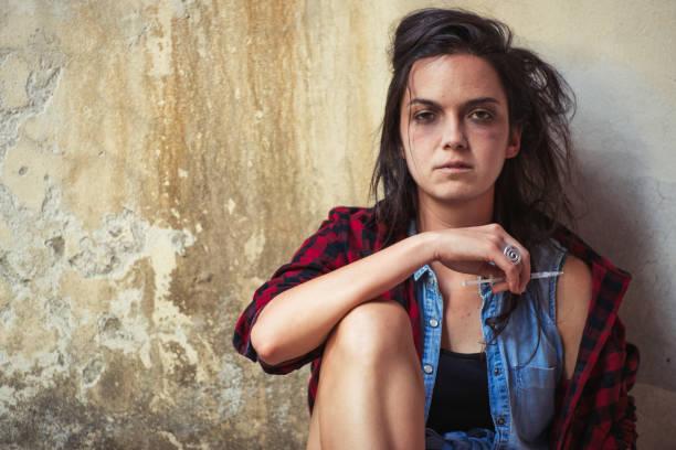 주사기로 관통 하는 데 후 마약 헤로인 젊은 여자에 대 한 의존 - 마약 뉴스 사진 이미지
