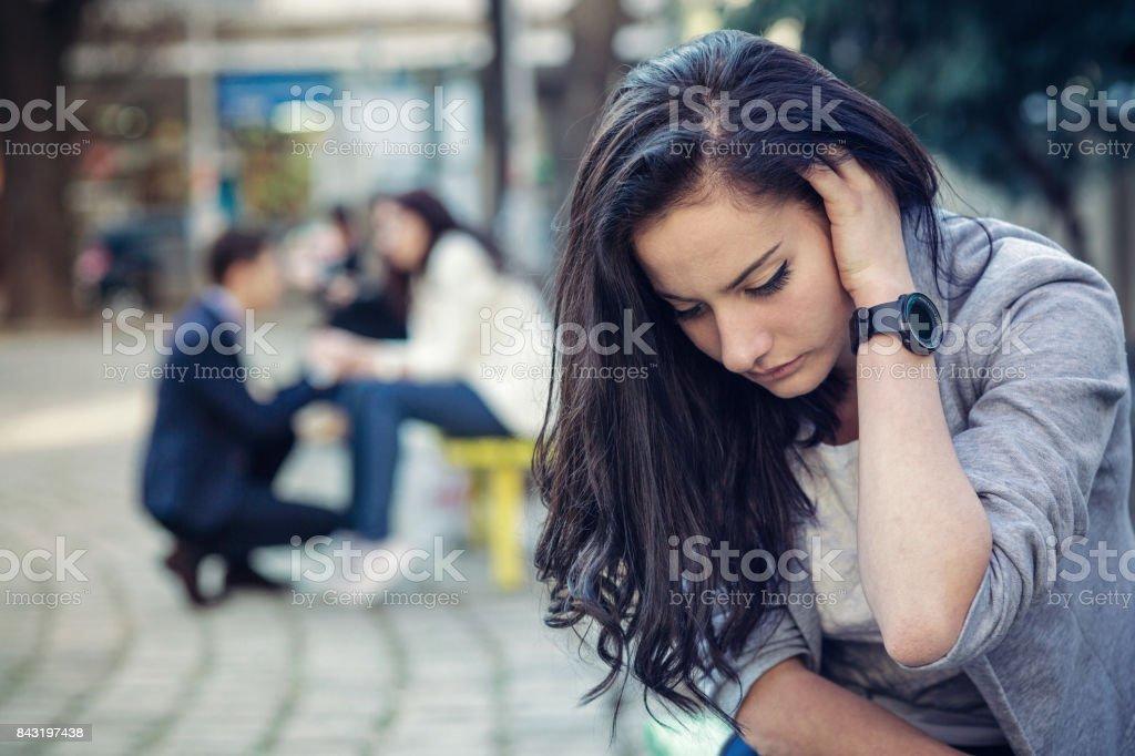 Deprimido linda fêmea segurando sua cabeça na mão - foto de acervo