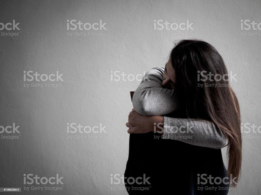 Deprimiert gebrochene hearted Frau allein im dunklen Raum zu Hause sitzen. Lonly, traurig, Liebe und Valentinstag Konzept. – Foto