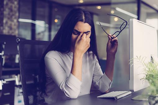 疲れ目な女性の写真|KEN'S BUSINESS|ケンズビジネス|職場問題の解決サイト