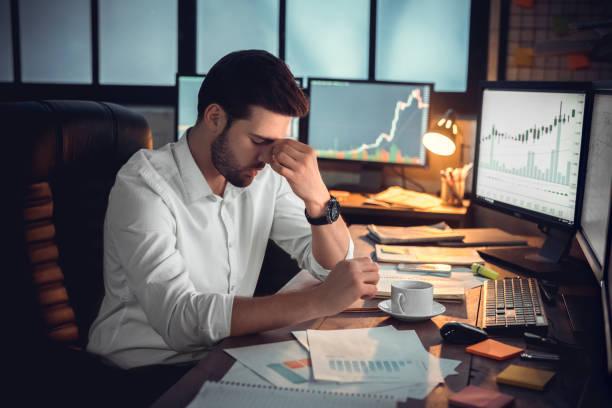 deprimierter frustrierter händler der überlastung überlastet oder durch insolvenz gestresst - verzweiflung stock-fotos und bilder
