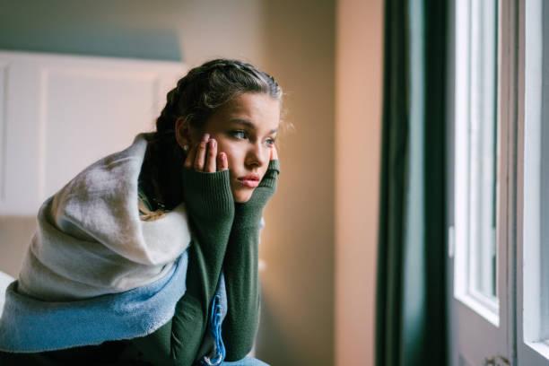 沮喪的女孩在家裡 - 年輕女性 個照片及圖片檔