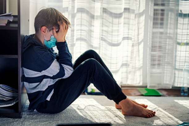 criança deprimida durante quarentena epidêmica - infância - fotografias e filmes do acervo