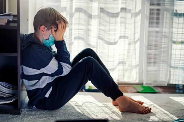 Depressives Kind während der epidemischen Quarantäne – Foto