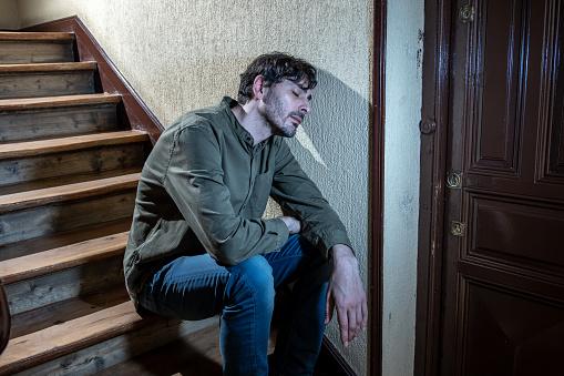 외 롭 고 슬 프 고 일 및 정신 건강 개념에 생활에 대 한 스트레스를 느끼고는 계단에서 내 손에 머리를 앉아 우울된 라틴 남자 걱정하는에 대한 스톡 사진 및 기타 이미지