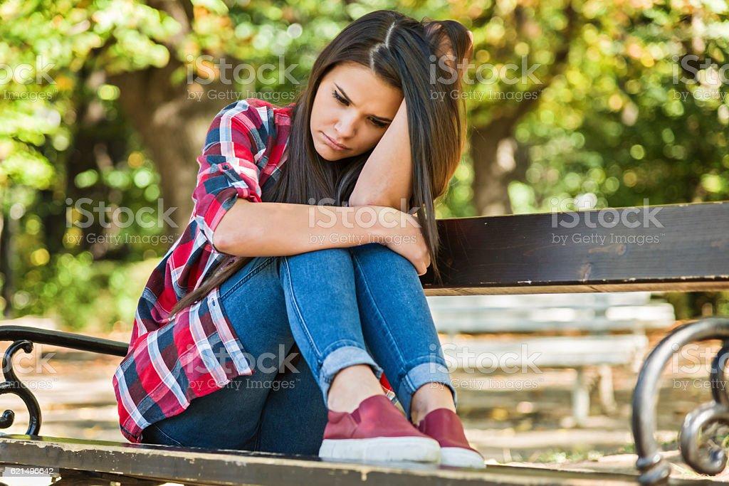 Adolescent déprimé solitaire dans le parc photo libre de droits