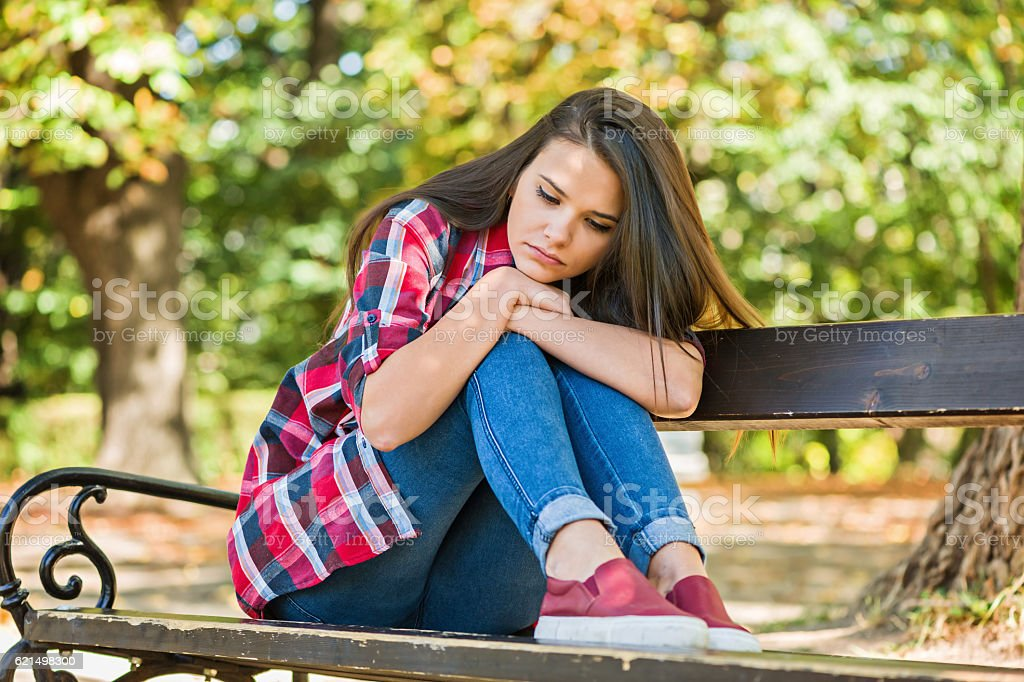 Ein deprimierter einsam Jugendlicher im Park Lizenzfreies stock-foto