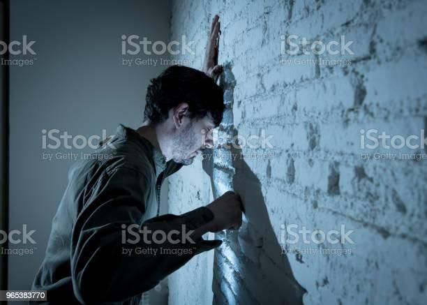 Przygnębiony Człowiek Opierając Się Na Białej Ścianie W Ciemnym Pokoju W Domu Uczucie Smutku Zmęczony I Niespokojny W Koncepcji Depresji Zdrowia Psychicznego - zdjęcia stockowe i więcej obrazów Głowa