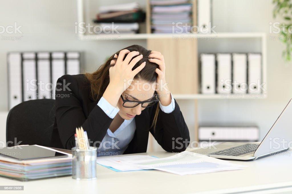 鬱悶的辦公室工作人員正在閱讀銷售報告 - 免版稅一個人圖庫照片