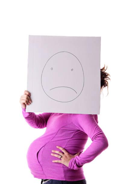 depressive schwangere frau - sprüche zur schwangerschaft stock-fotos und bilder