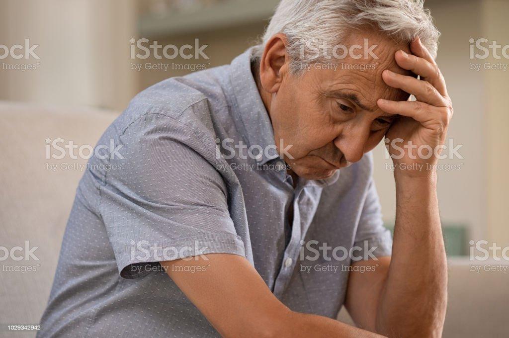 Homme senior déprimé à la maison - Photo