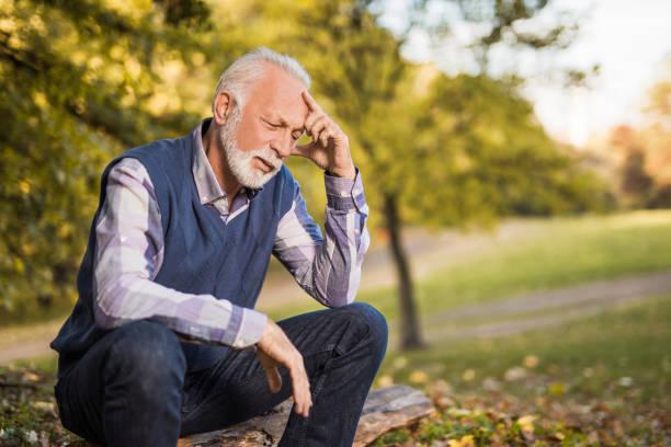 deprimiert senior woman gefühl gefühle des bedauerns und mit gesundheitlichen problemen. - bedauern stock-fotos und bilder