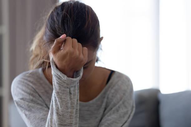 depressive verärgerte frau fühlt sich verletzt traurig gestresst mit problem - verzweiflung stock-fotos und bilder