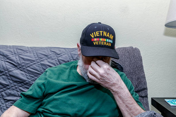 Depressiert Vietnam War USA Military Veteran Covering Face – Foto