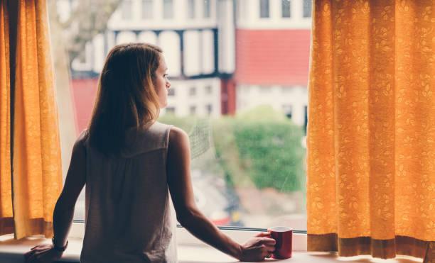 depressive frau zu hause - starren stock-fotos und bilder
