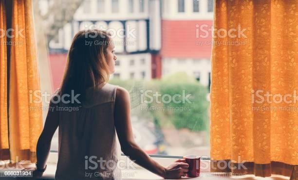 落ち込んでいる女性の自宅 - 1人のロイヤリティフリーストックフォト