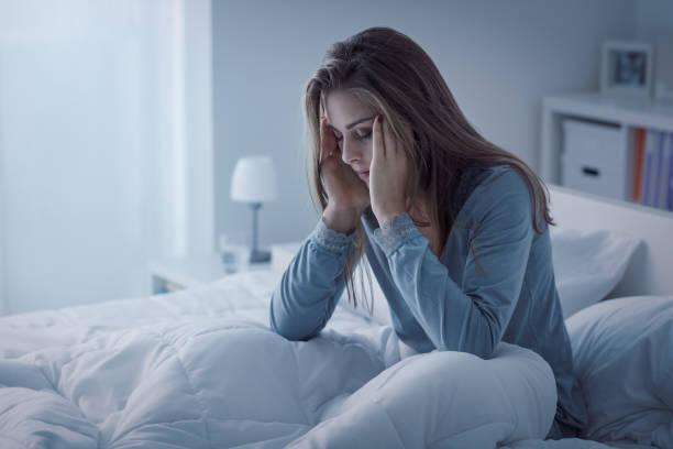 femme déprimée éveillée dans la nuit - maladie photos et images de collection