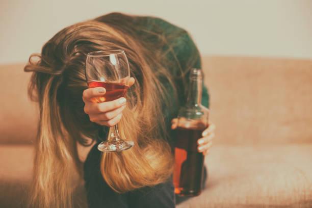 Depressive Frau, die Alkohol trinkt – Foto