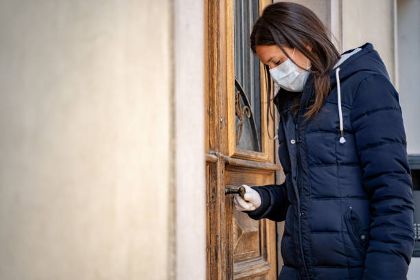 Depressive Frau geht zur Arbeit tragen chirurgische Maske während COVID-19 Pandemie - Stockfoto – Foto