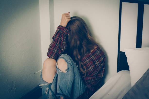mujer deprimida sentada en el suelo - human trafficking fotografías e imágenes de stock