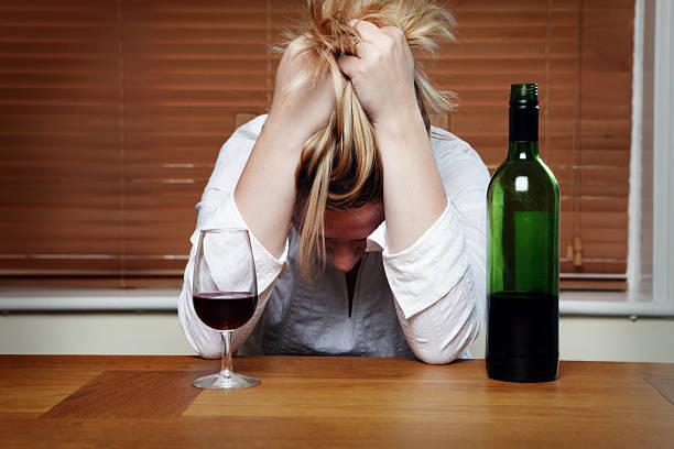 Vieillard déprimé femme avec vin rouge - Photo