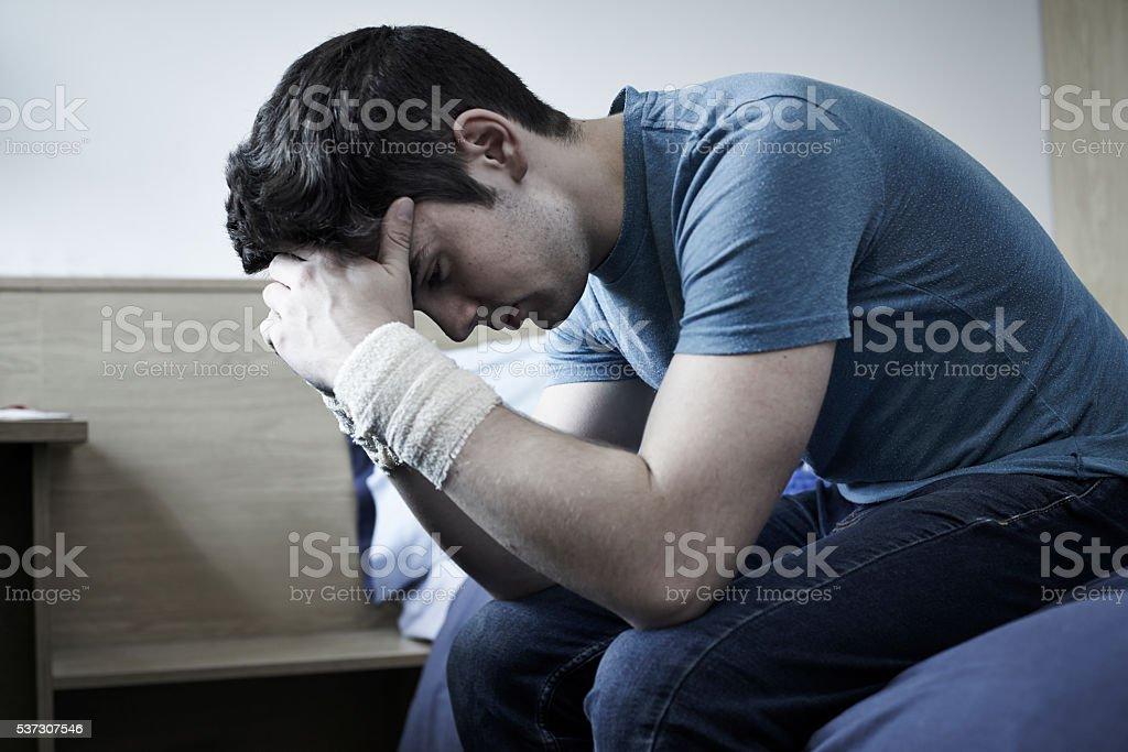 Vieillard déprimé jeune homme avec un bandage poignets après Suicide tentative - Photo