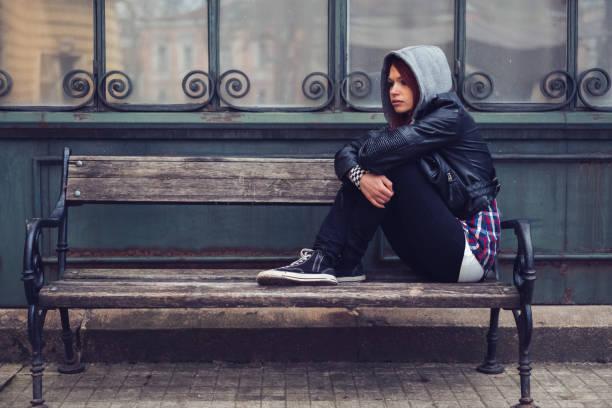 depression bei mädchen im teenageralter - lederjacke mit kapuze damen stock-fotos und bilder