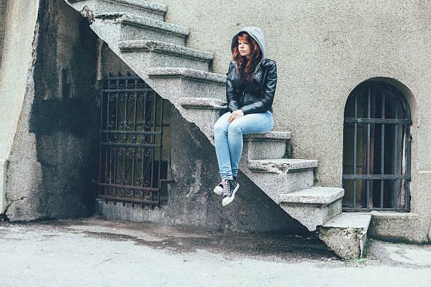 depression in teenager - lederjacke mit kapuze damen stock-fotos und bilder