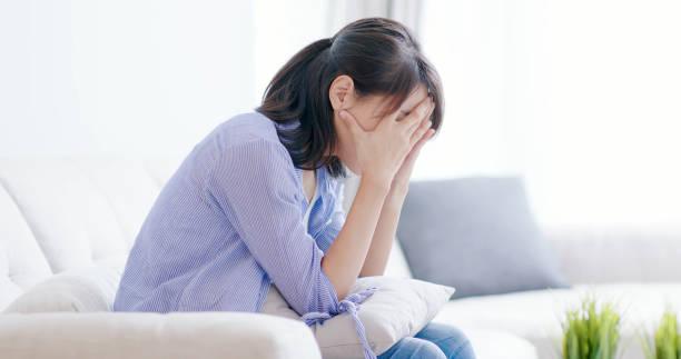 うつ病の女性が何かを考える - 悩む ストックフォトと画像