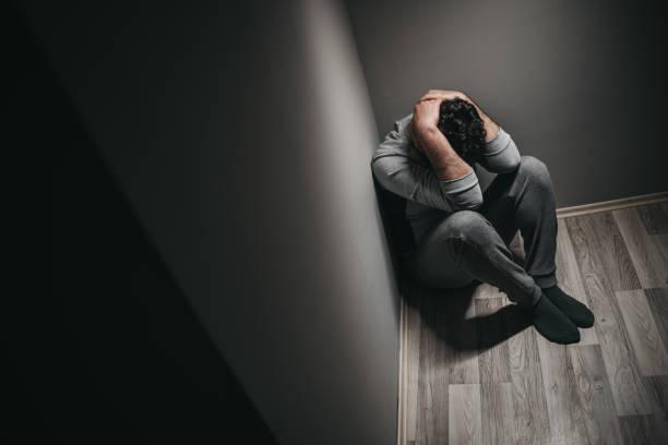 uomo depressivo - solo uomini giovani foto e immagini stock
