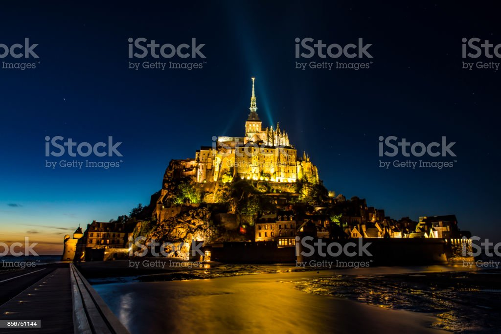 Der Mont Saint-Michel in der Normandie, Frankreich Bei Nacht – Foto