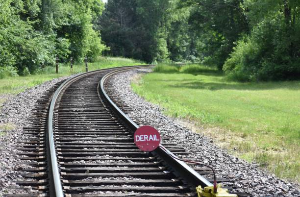 spåra ur tecken på järnvägsspår in skogen runt en krök - derail bildbanksfoton och bilder