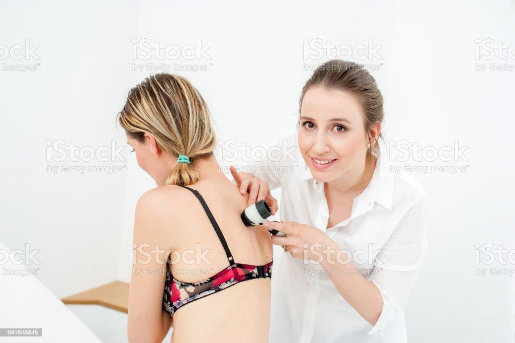 Fotografía de Dermatólogo Inspección De Lunares De La Piel Del ...
