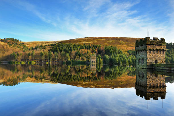 derwent dam en upper derwent reservoir, peak district, engeland, vk - turret arch stockfoto's en -beelden