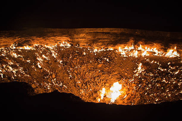 Derweze gas craterthe, known as 'The Door to Hell', Turkmenistan Derweze gas craterthe, known as 'The Door to Hell', Turkmenistan known gas stock pictures, royalty-free photos & images