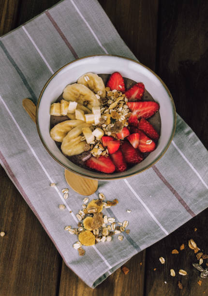 desayuno con platano y fresas - salud stok fotoğraflar ve resimler