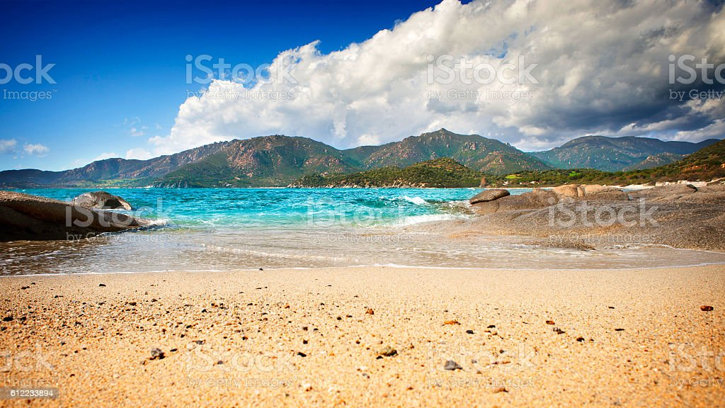 Desert beach with clear blue sea - foto de acervo